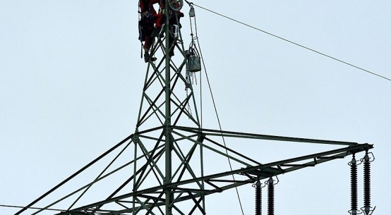high-voltage-power-line-repairmen-Gunald-Dreamstime.jpg