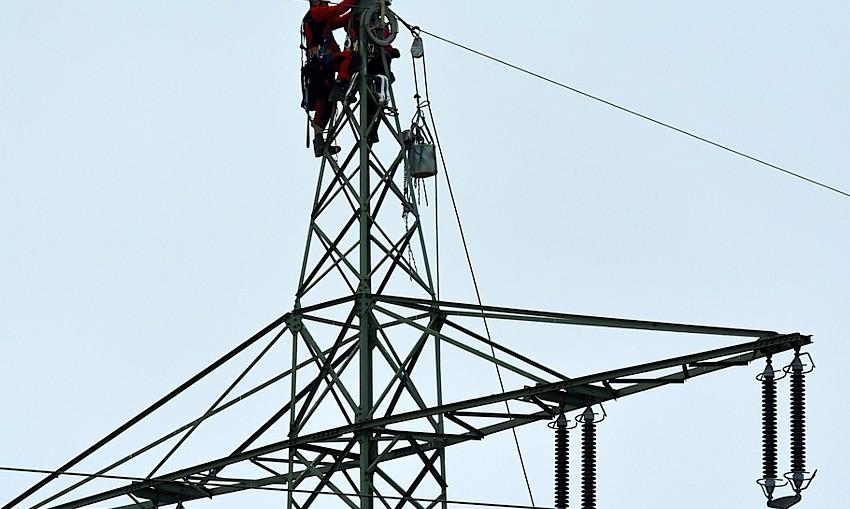 high-voltage-power-line-repairmen-Gunald-Dreamstime.jpg
